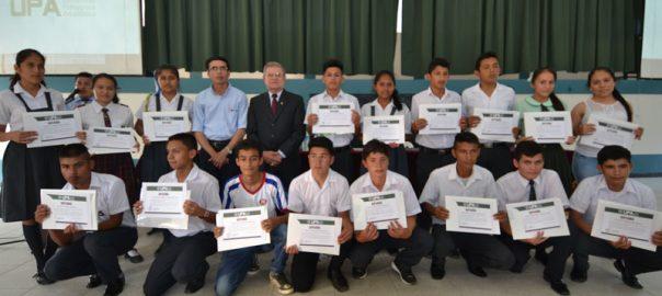 UPA premia con media beca de estudios a ganadores del concurso nacional escolar de matemáticas-3