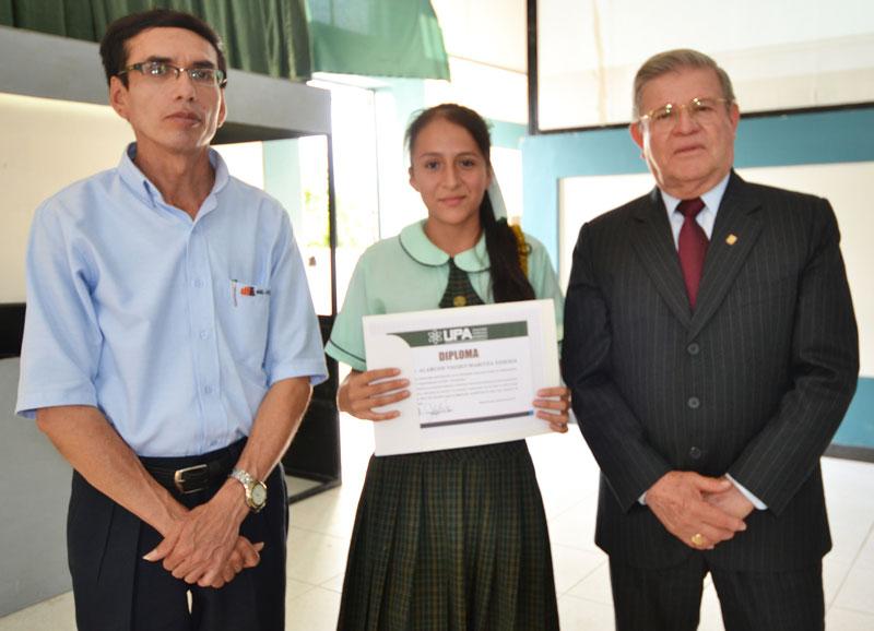UPA premia con media beca de estudios a ganadores del concurso nacional escolar de matemáticas-1